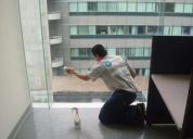 Limpieza de vidrios en oficinas