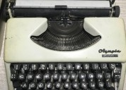 Maquina de escribir olimpia en la floresta